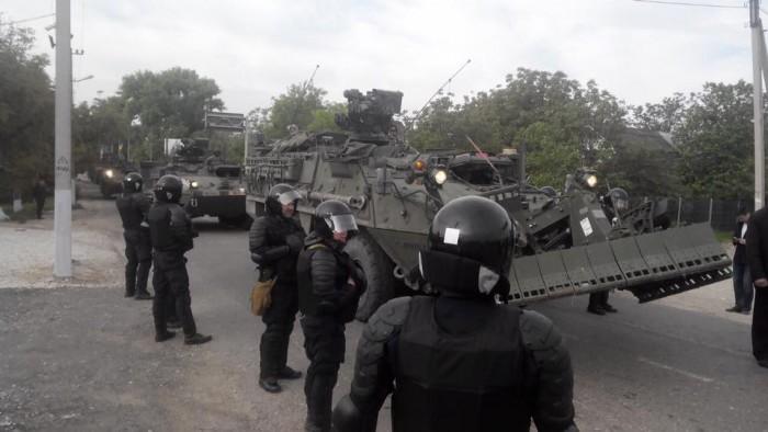 (foto) Peste 100 de maşini şi tehnică militară din SUA au ajuns în R. Moldova. Socialiștii au încercat să blocheze drumul