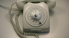 Vänta på att telefonen växlar till tonläget. Börja in i siffrorna i anknytningsnumret, medan du hörs korta signaler med olika frekvenser. Det betyder att du har bytt till tonuppsättningen.