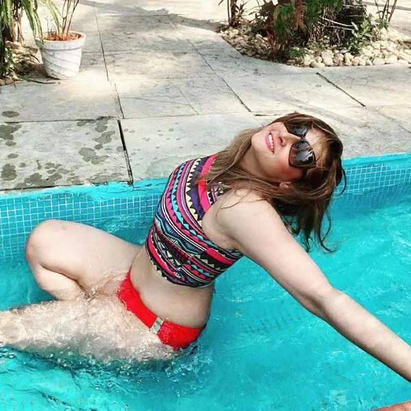 स्वीमिंग पूल में उतरीं उर्वशी ढोलकिया