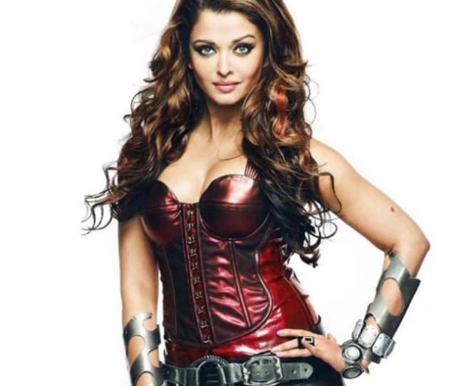 Aishwarya Rai Bachchan Flaunting Cleavage In Robotic Costume