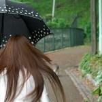 雨の日に髪の毛がうねる原因は?うねらないようにする方法はある?
