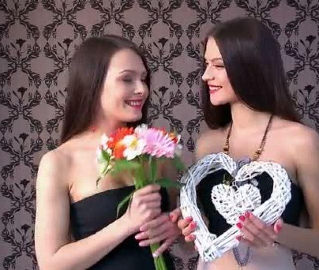Mujeres Lesbianas Besos Y Regalos Video De Stock
