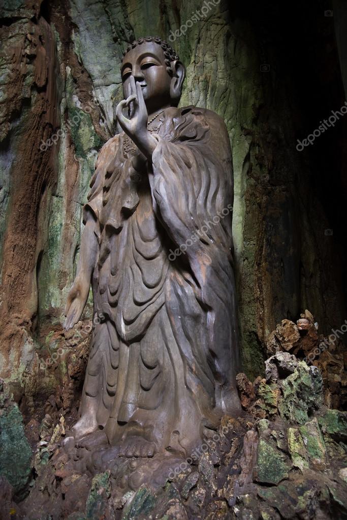 sculpture de bouddha dans la grotte du debout tang chon dans les montagnes de marbre đa nẵng viet nam image de sikaraha