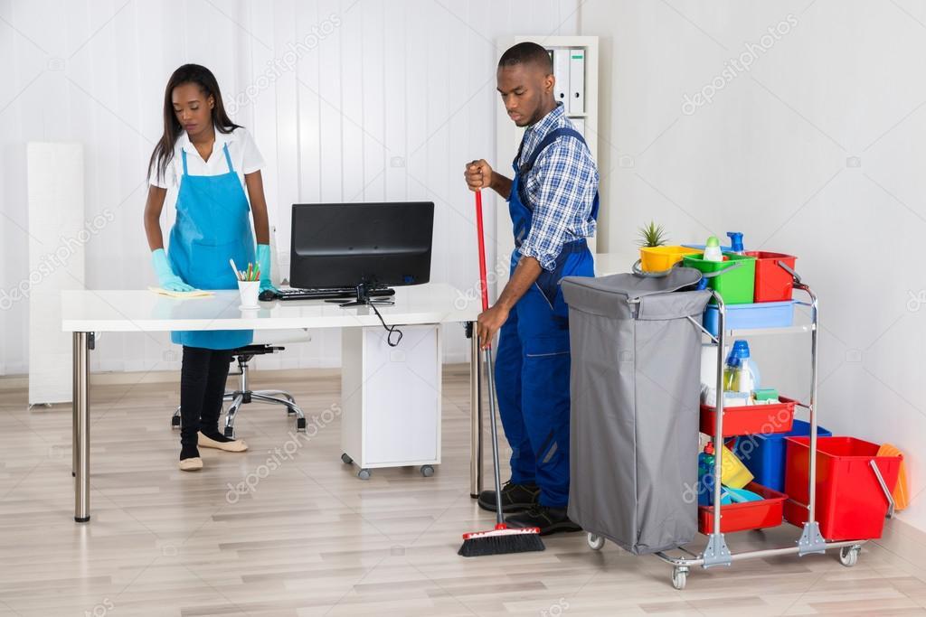 jeunes africaines males et femelles nettoyeurs nettoyage bureau image de andreypopov