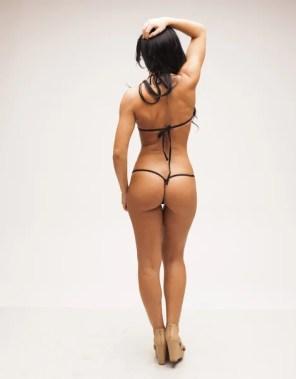 Mujer sexy con un cuerpo perfecto en bikini micro — Foto de Stock