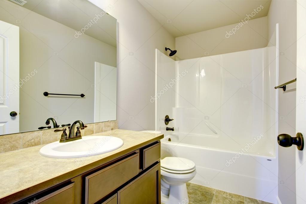 vue de la lumiere les tons salle de bain avec vanite moderne armoire wc et baignoire blanche nord ouest e u image de iriana88w