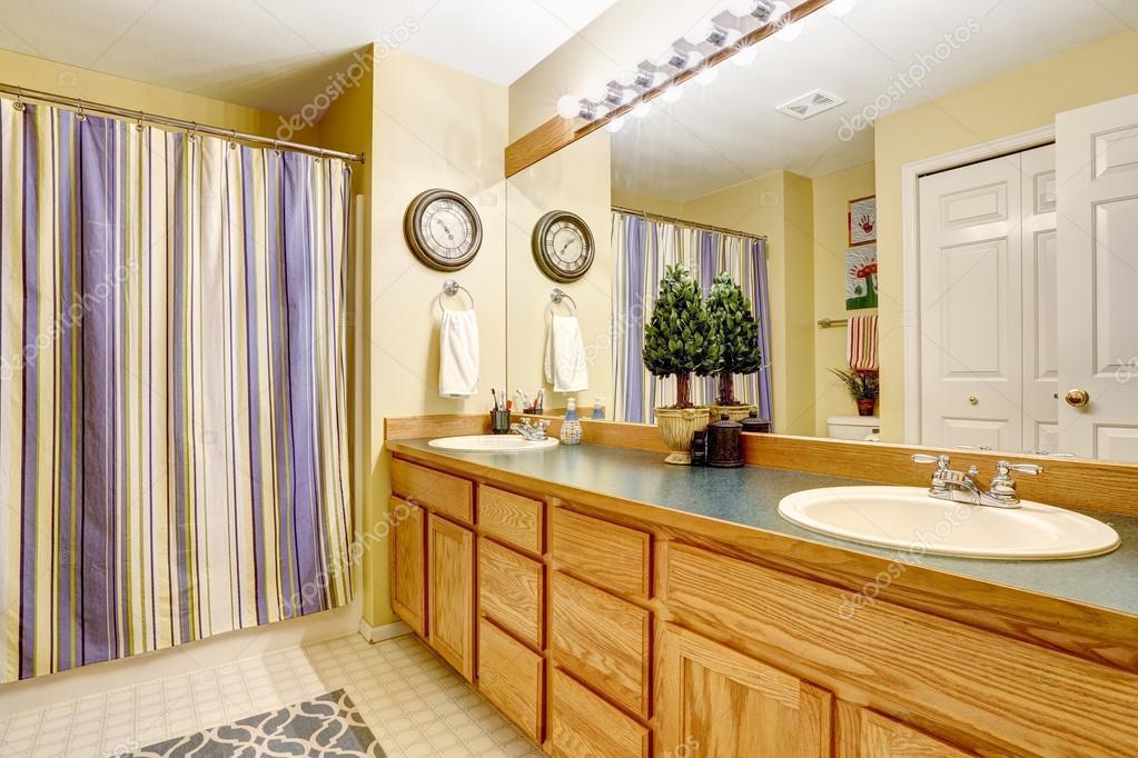 interieur salle de bain avec grand meuble vanite image libre de droit par iriana88w c 53999343
