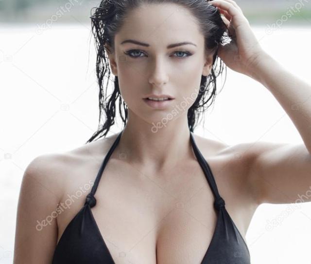 Mujer Sexy En Bikini Con El Pelo Mojado Y Tetas Grandes Foto De Stock