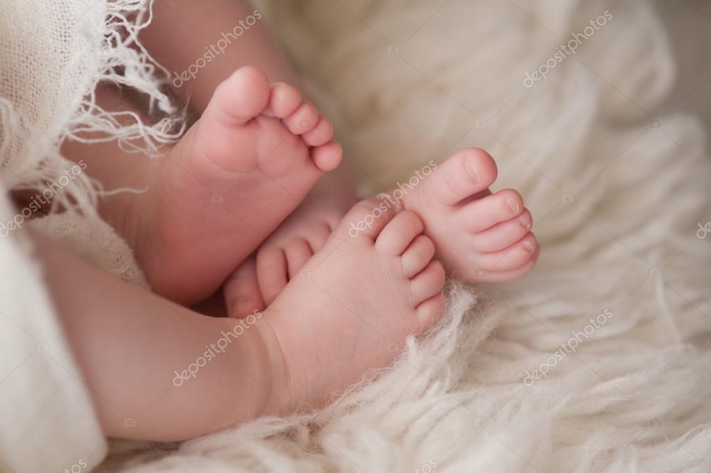 pieds de jumeaux bebe filles 80820814