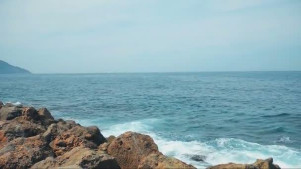eaux de la mer de bleu serein vagues deferlant sur les rochers video