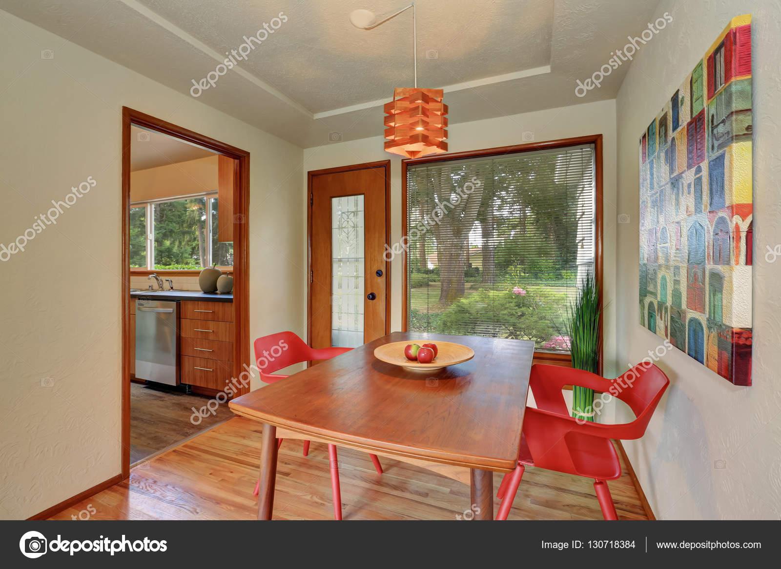 interieur de la zone avec des chaises rouges pommes sur la table a manger a sortie du jardin d arriere cour nord ouest e u image de iriana88w