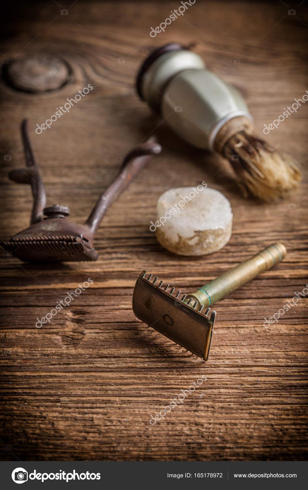 https fr depositphotos com 165178972 stock photo vintage barber shop tools html