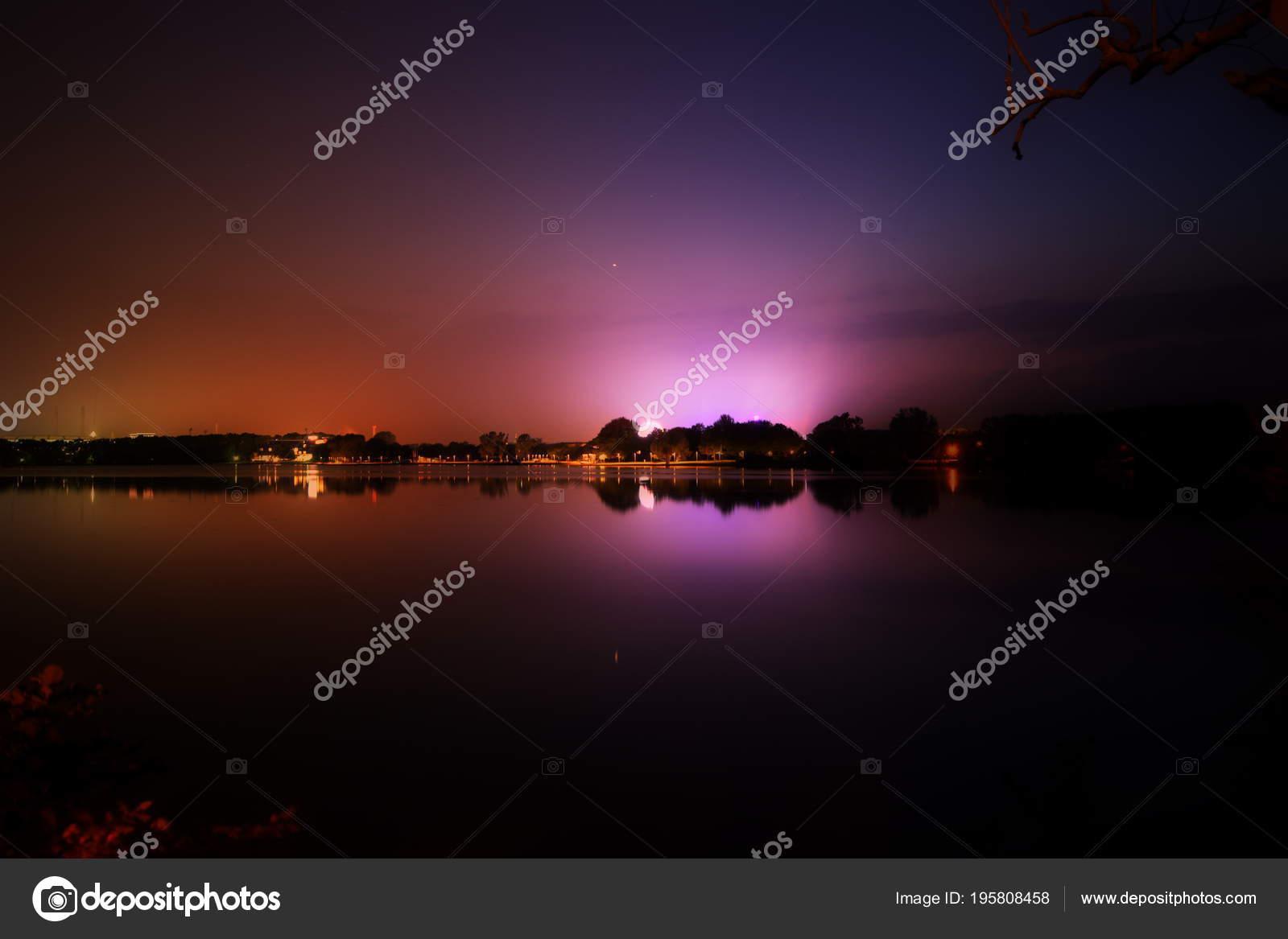 ville et fete foraine reflets de lumieres au dessus de l eau pendant la nuit a wolfsburg allemagne allersee image de byaz3