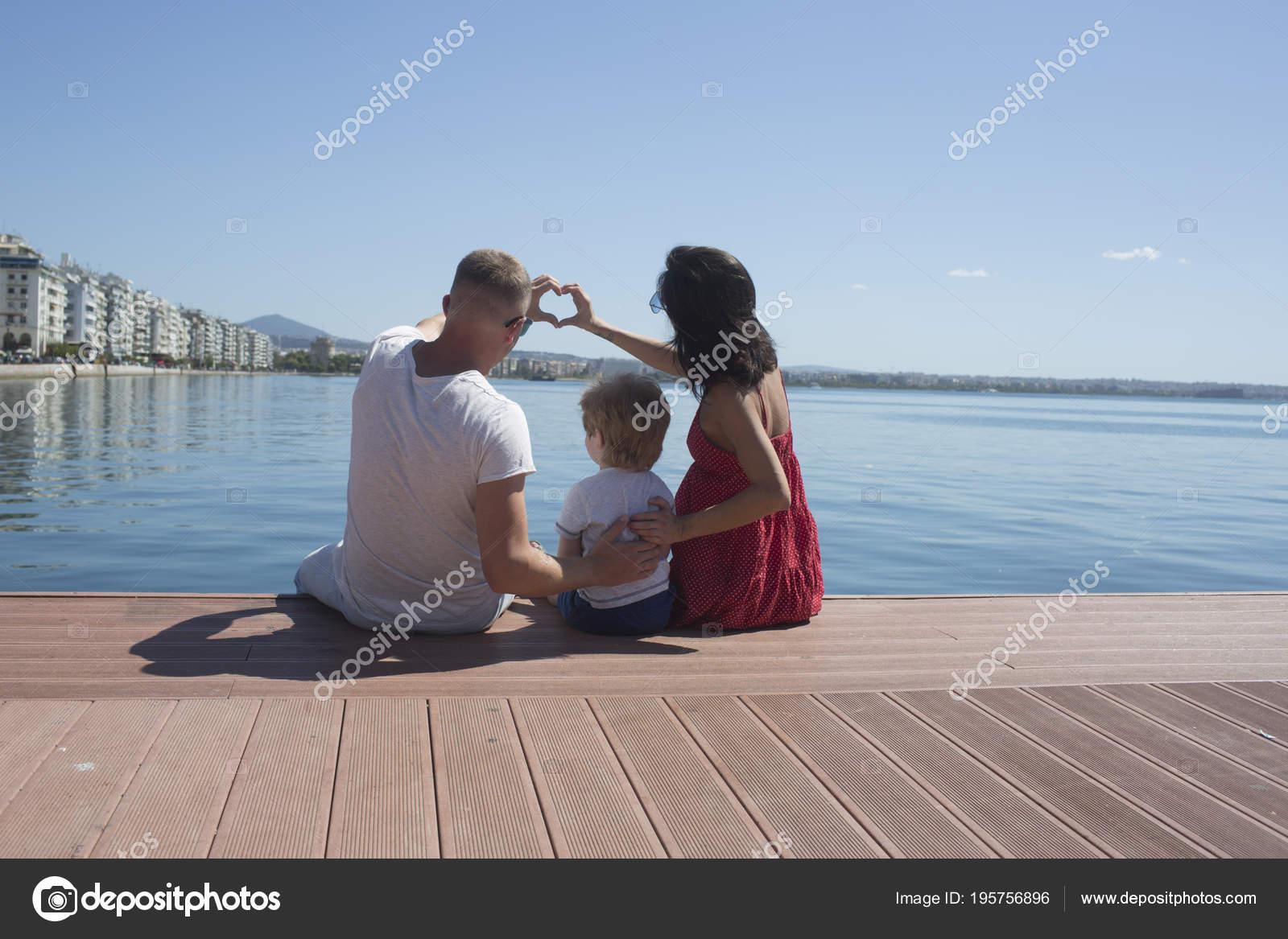 I Genitori Con Il Figlio Si Siedono Sul Lungomare Vista