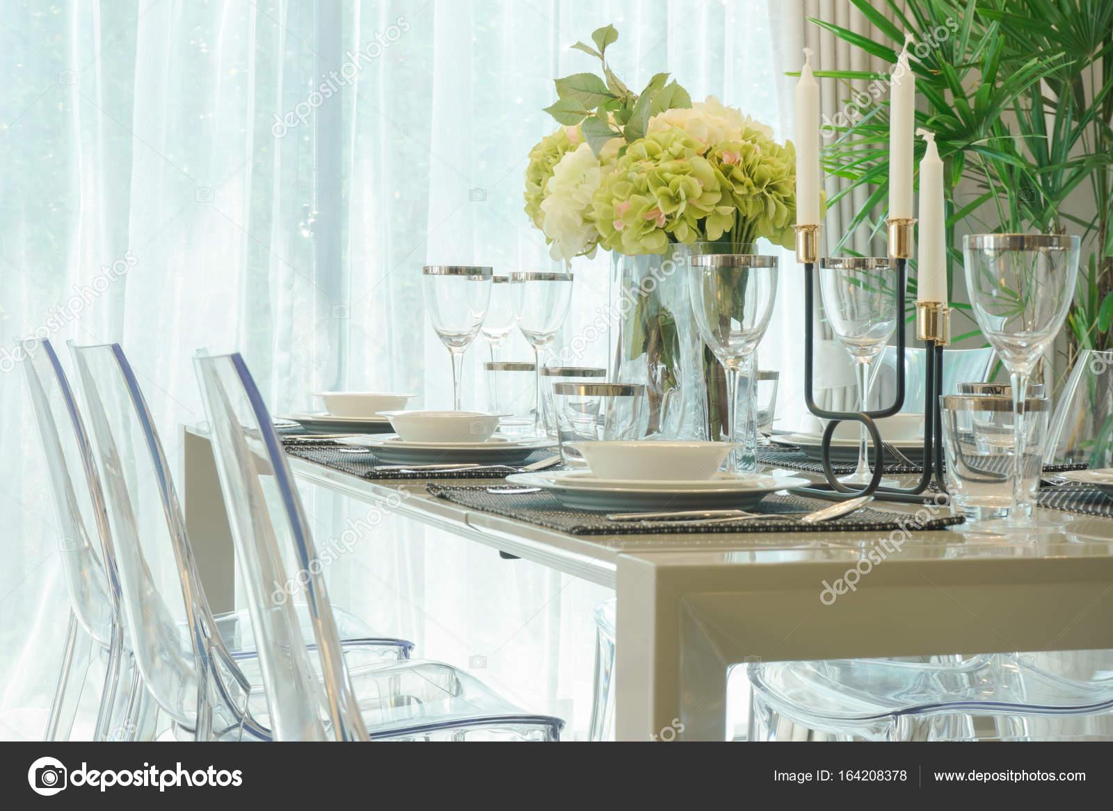 table a manger avec vase de fleurs dans la salle a manger images de stock libres de droits