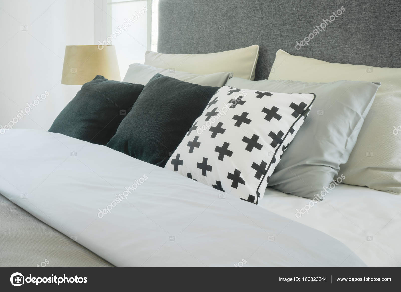 interieur de chambre a coucher moderne avec oreillers et lampe de lecture jeu de couleurs noir et blanc images de stock libres de droits