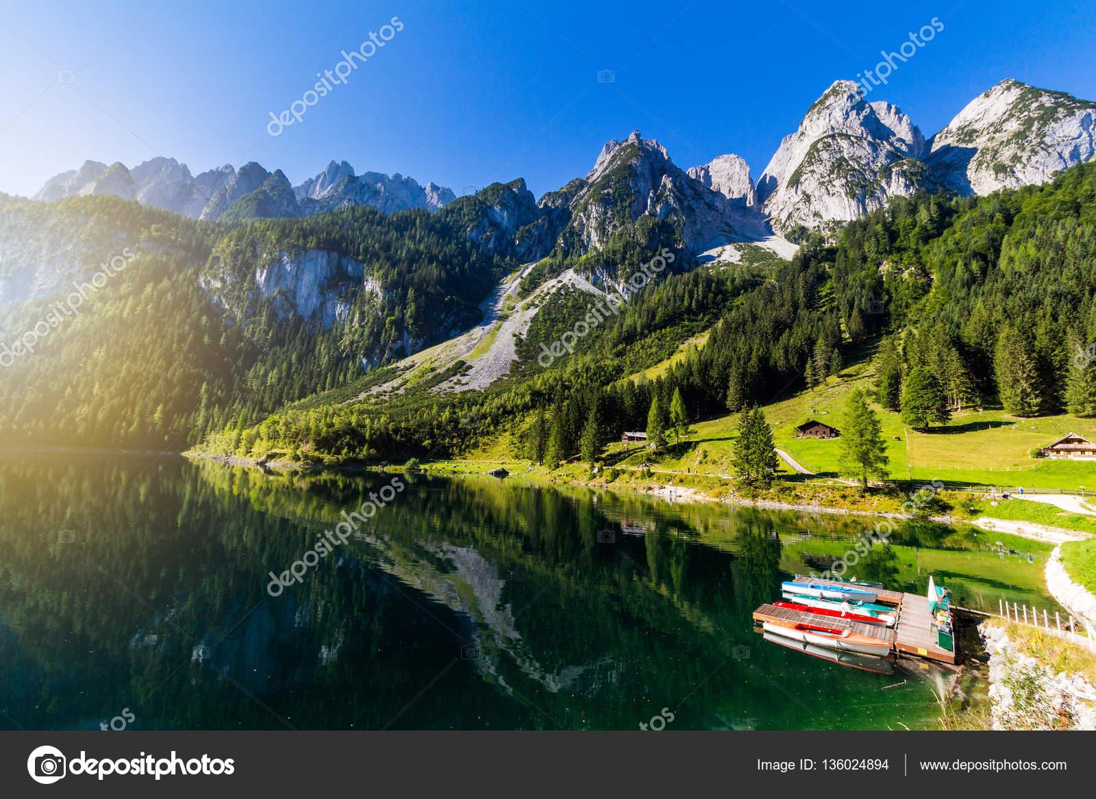 belle vue ete gosausee montagne lac avec des bateaux colores region du salzkammergut en haute autriche image de daliu