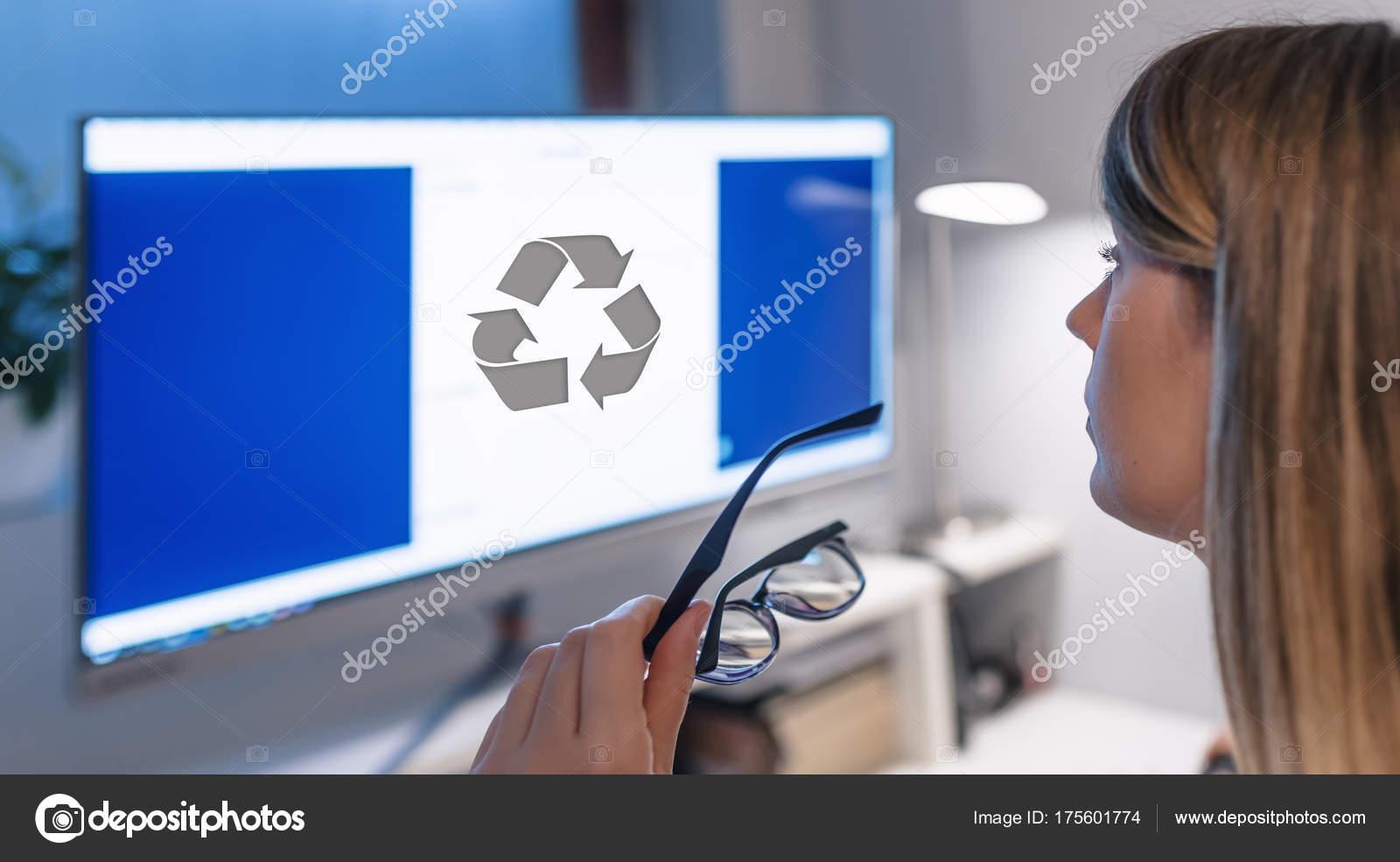 jeune femme dactylographie sur ordinateur bureau bureau table symbole recyclage photo