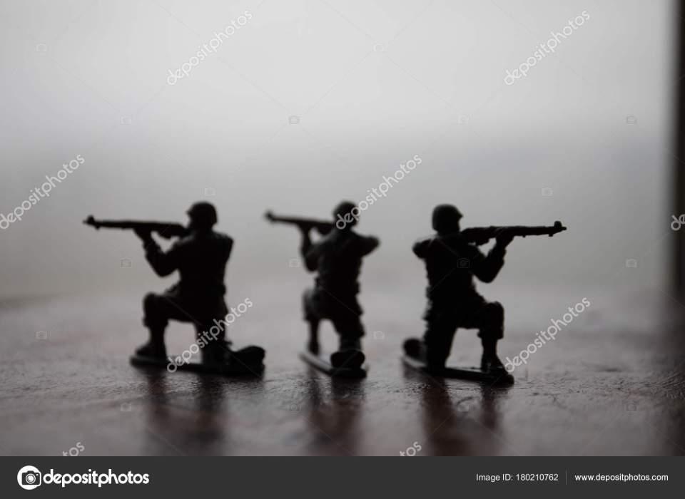 ミニチュアのおもちゃの兵隊とボード上のタンク。おもちゃ戦争で軍の