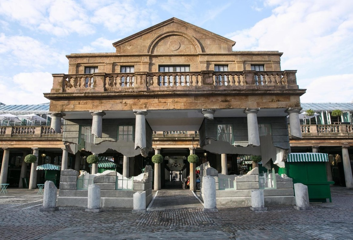 Las columnas flotantes de Covent Garden / Alex Chinneck