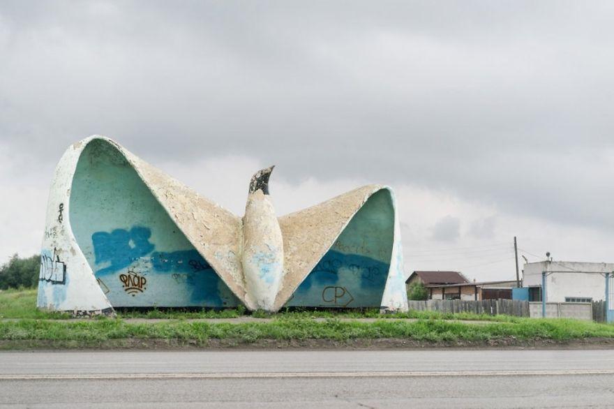 Parada de autobús con forma de pájaro