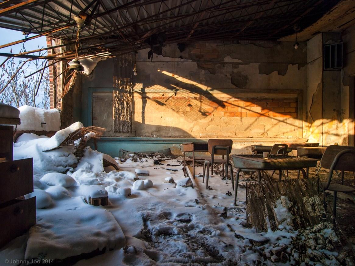Nieve en un colegio abandonado / Johnny Joo
