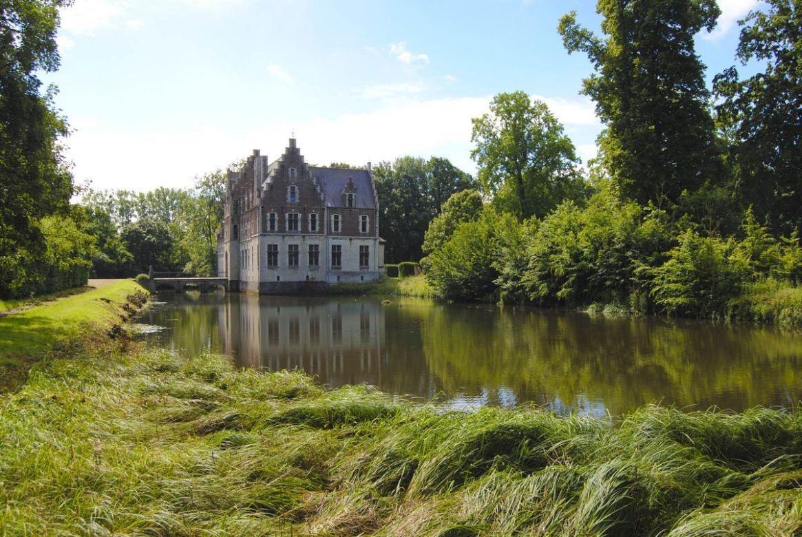 El castillo cuenta con un lago en sus cercanías