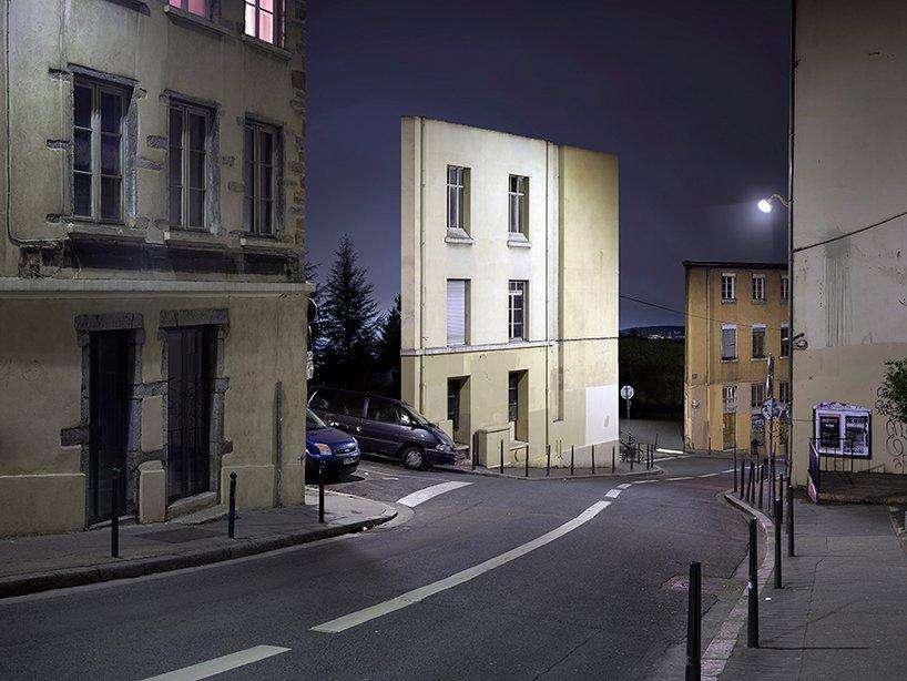 Calles, coches y solo fachada
