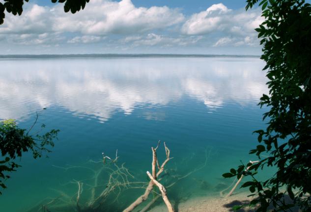 El hotel está en pleno lago Petén Itzá