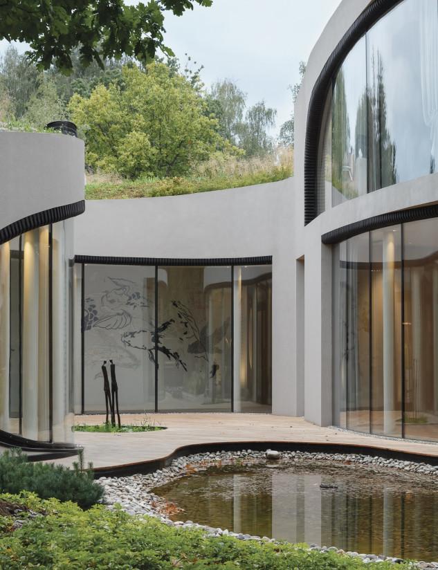 Grandes ventanas rodean la casa