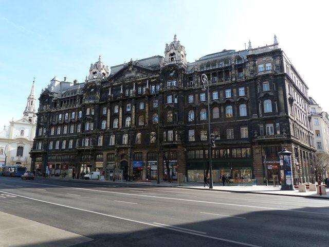 Edificio histórico en el centro de Budapest (Hungría)