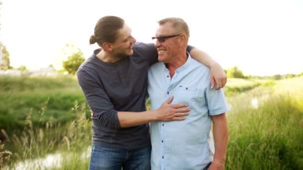 Risultati immagini per due uomini che si abbracciano