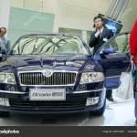 Visitantes Olhar Para Skoda Octavia Fabricado Pela Shanghai Volkswagen Joint Fotografia De Stock Editorial C Chinaimages 245010340