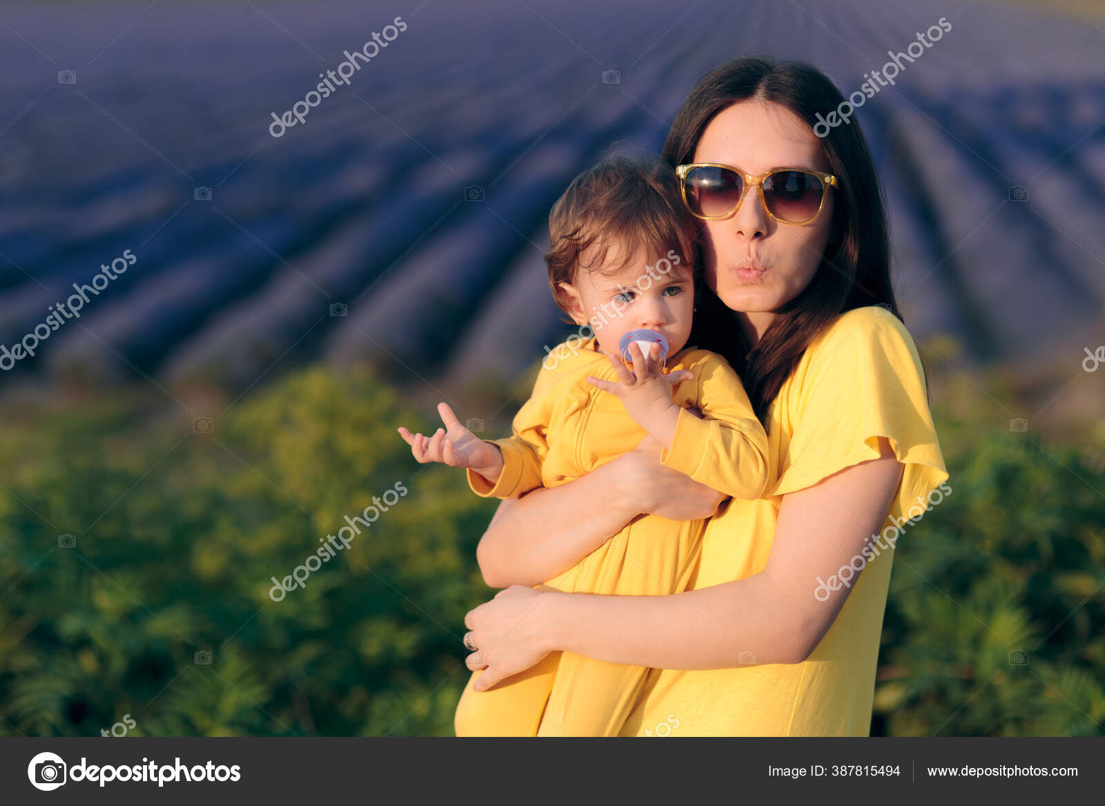Travel Mom Baby Taking Photo Panoramic View Stok Foto C Nicoletaionescu 387815494