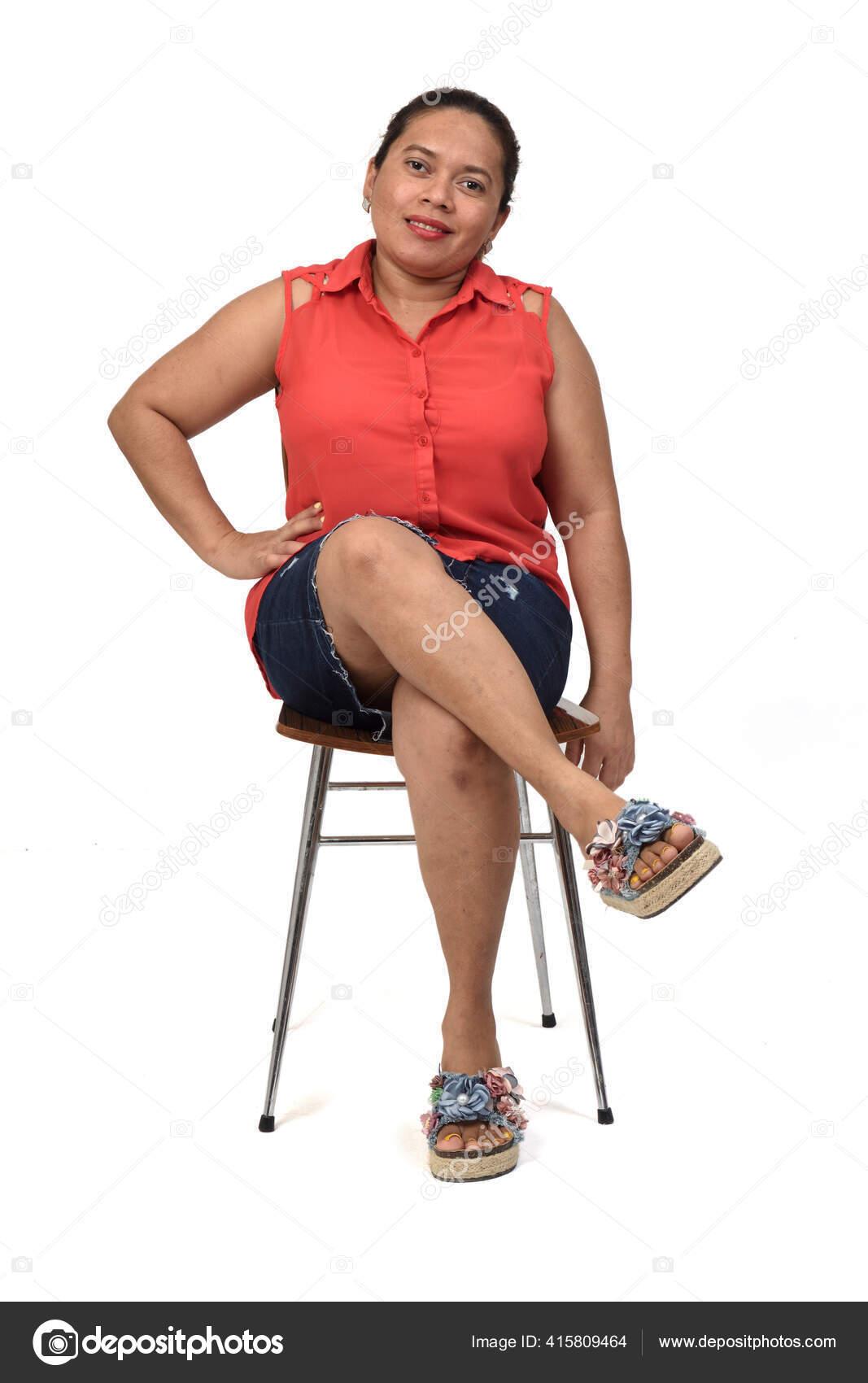 vue face une femme assise sur une chaise avec corps image libre de droit par mariaic c 415809464