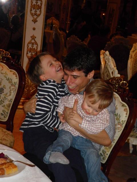 Am selben Abend: Vladislav Marinov mit den Kindern von Iana Salenko und Barbara Schroeder.