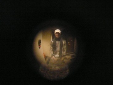 Gevorg Asoyan durch den Türspion.