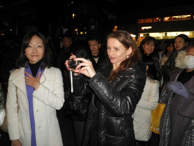 Am Bühneneingang warteten nach den Auftritten zahlreiche Fans auf die Tänzerinnen und Tänzer.