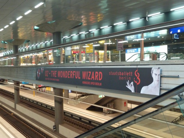 SBB-Werbebanner am Hauptbahnhof.