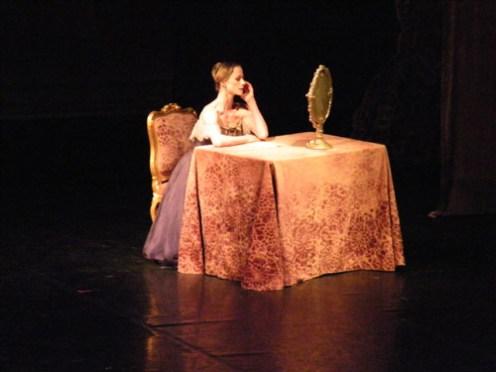 Tatjana kämpft mit ihren Gefühlen gegenüber Onegin (Nadja Saidakova).