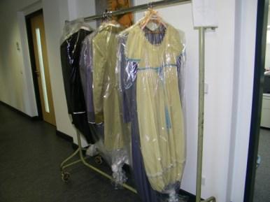 Die Kostüme stehen bzw. hängen in den Fluren bereit.