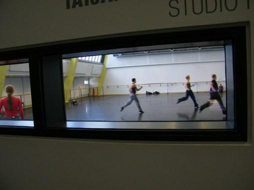 Blick durch das Guckloch in den Ballettsaal: Die Jäger drehen ihre Runden während Schneewittchen Iana am Rand auf seinen Auftritt wartet. ;-)