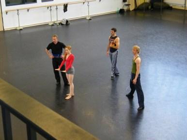 Die Tänzer warten auf Korrekturen.