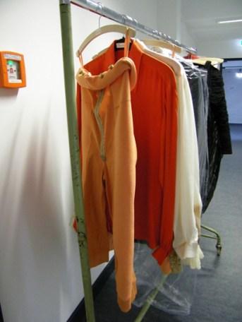 Hose und das grell-orange Hemd des Prinzen.