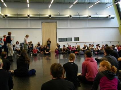 Der Ballettsaal ist gefüllt mit Neugierigen.