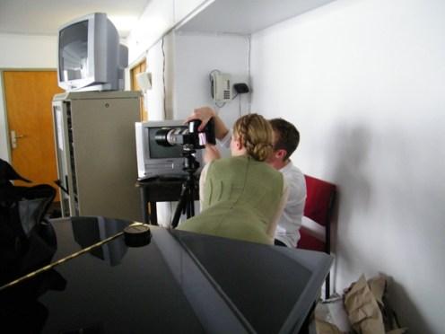 Nadja Saidakova schaut sich zusammen mit dem Fotografen die Bilder an.