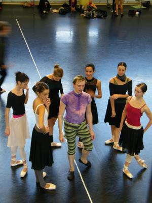 Die Tänzerinnen und Vladimir warten auf neue Anweisungen.