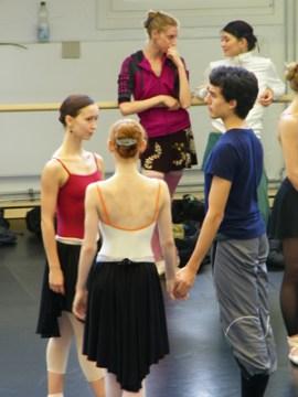 Xenia Wiest, Iana Balova & Kévin Pouzou. Im Hintergrund unterhalten sich Elinor Jagodnik und Maria Boumpouli.