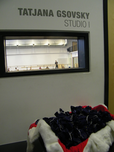 Vor dem Ballettstudio steht...