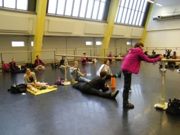 Die Tänzerinnen und Tänzer dehnen sich...